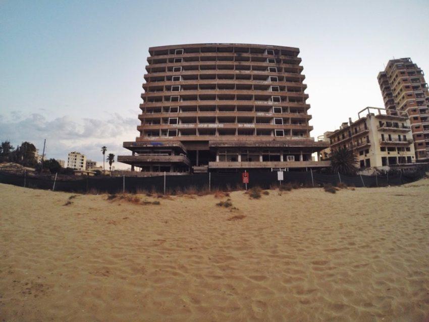 Palm Beach'ten görülen ve Teredilmiş bir Maraş Binası