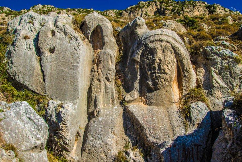 Dağa oyulmuş Kadın Silüeti
